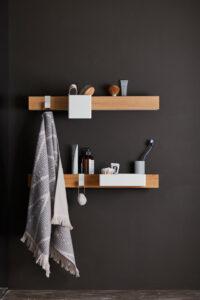 Witte flex rail wandplank met bakjes van Gejst in de badkamer