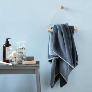 Handdoekhouder in licht eikenhout en leer van By Wirth