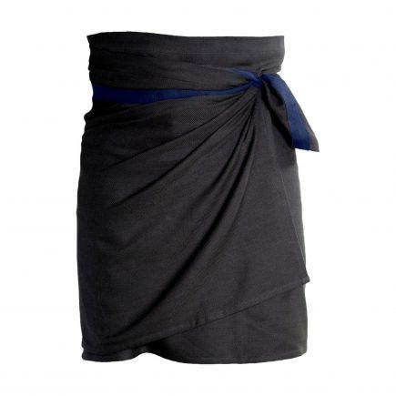 Wikkelschort biologisch katoen zwart met blauw band van The Organic Company