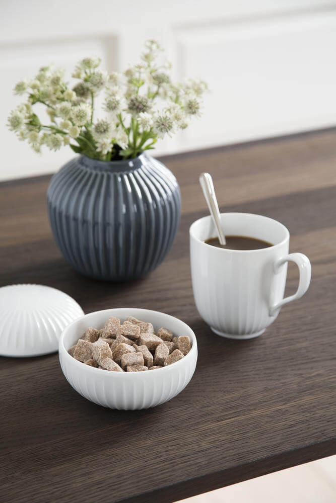 Hammershøi bonbonnière en mok in wit keramiek van Kahler