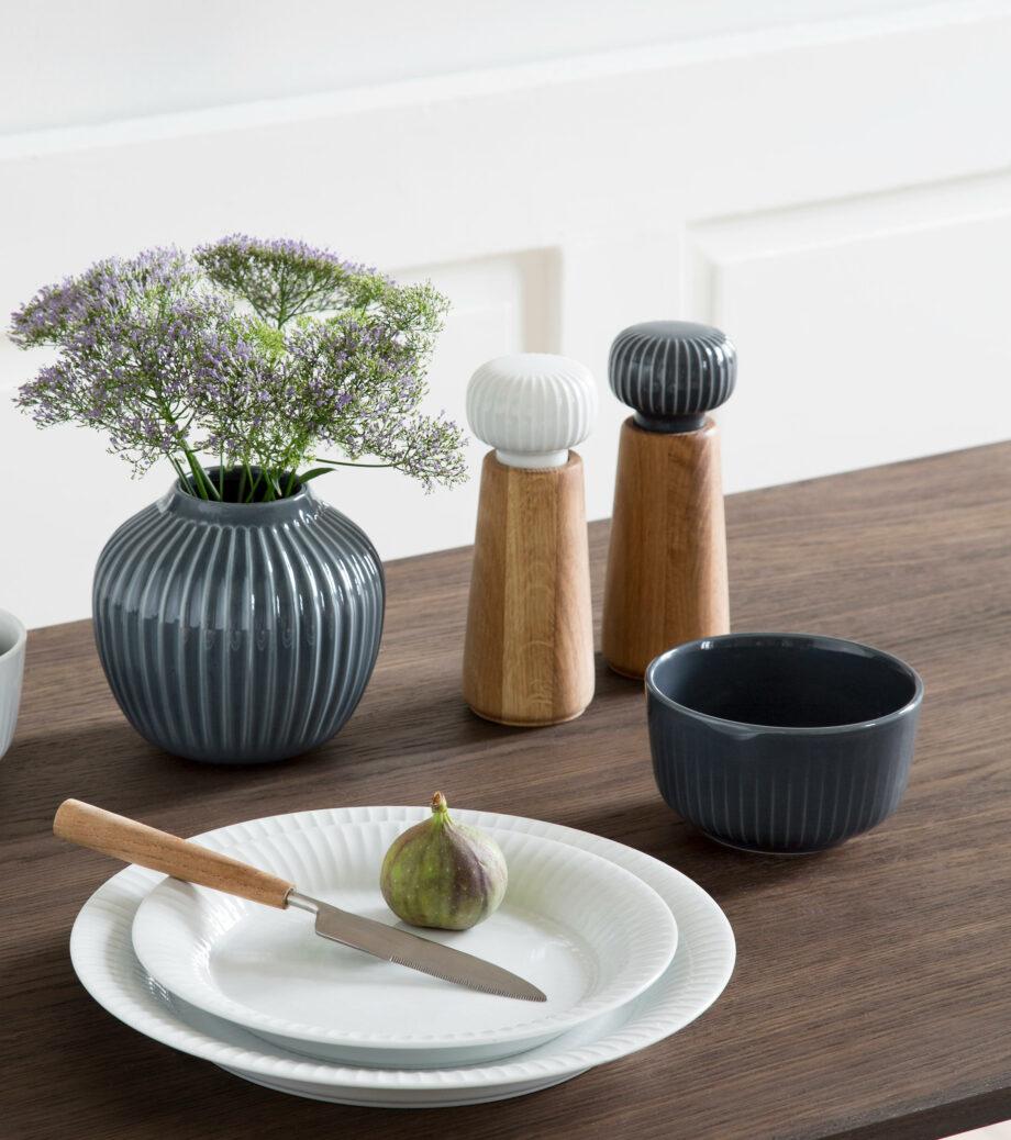 Hammershøi borden en schaaltje, kruidenmolen peper en zoutmolen van hout en keramiek
