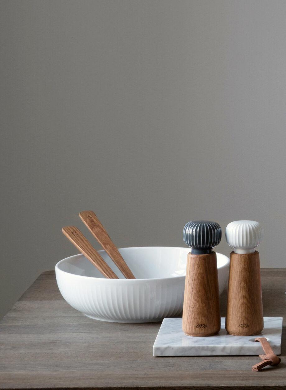 Hammershøi saladeschaal wit keramiek, houden saladebestek en hammershøi kruidenmolen peper en zoutmolen van hout en keramiek Kähler Design