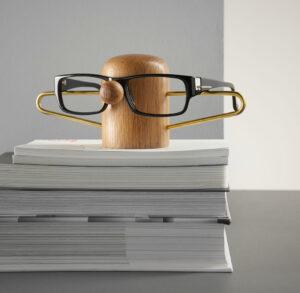 Nosey brillenholder van dot aarhus eikenhout en messing