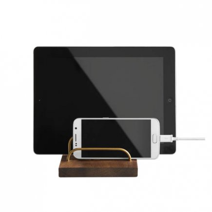 BRASS-DOCK houten tablet en telefoon houder walnotenhout en messing van dot aarhus