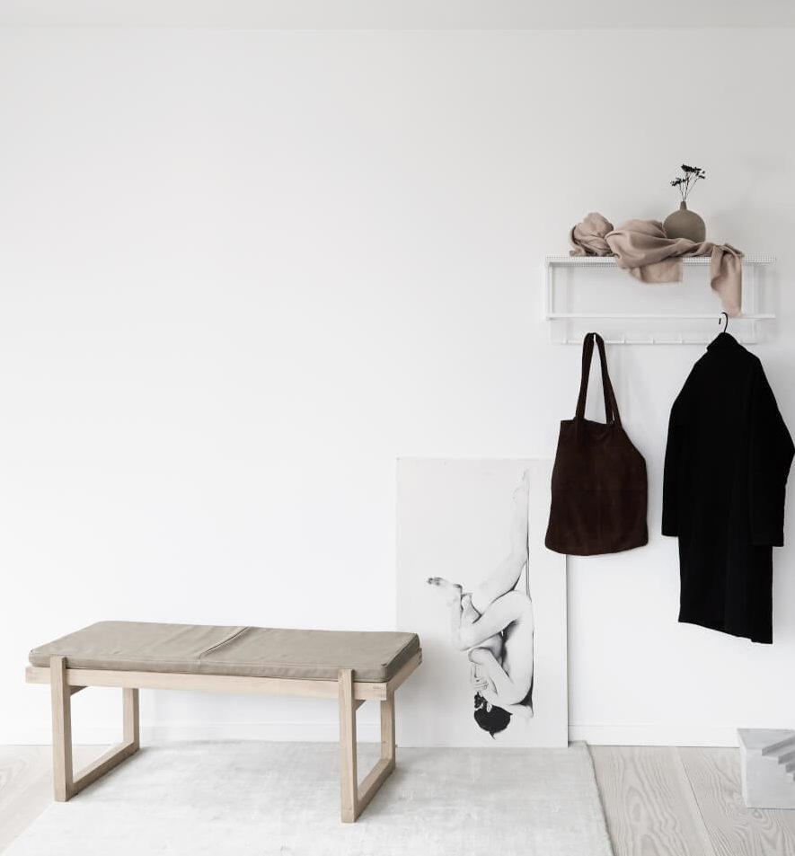 daybed minimal bench van eikenhout en leer grid coat hanger kristina Dam Studio byJensen