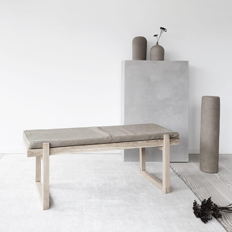 daybed van Eikenhout en leer Minimal bench van Kristina Dam Studio byJensen