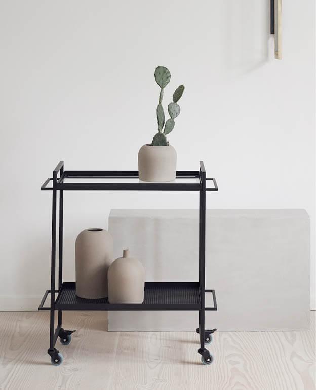 Bauhaus metalen Trolley en minibar op wieltjes van Zwart metaal van Kristina Dam Studio byJensen3