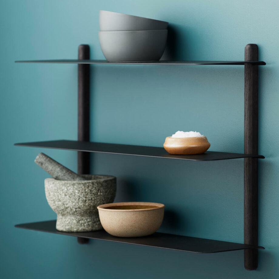 Wandrek NIVO A van hout zwart metaal minimalistisch eenvoudig zwevende wandplank gejst design byjensen