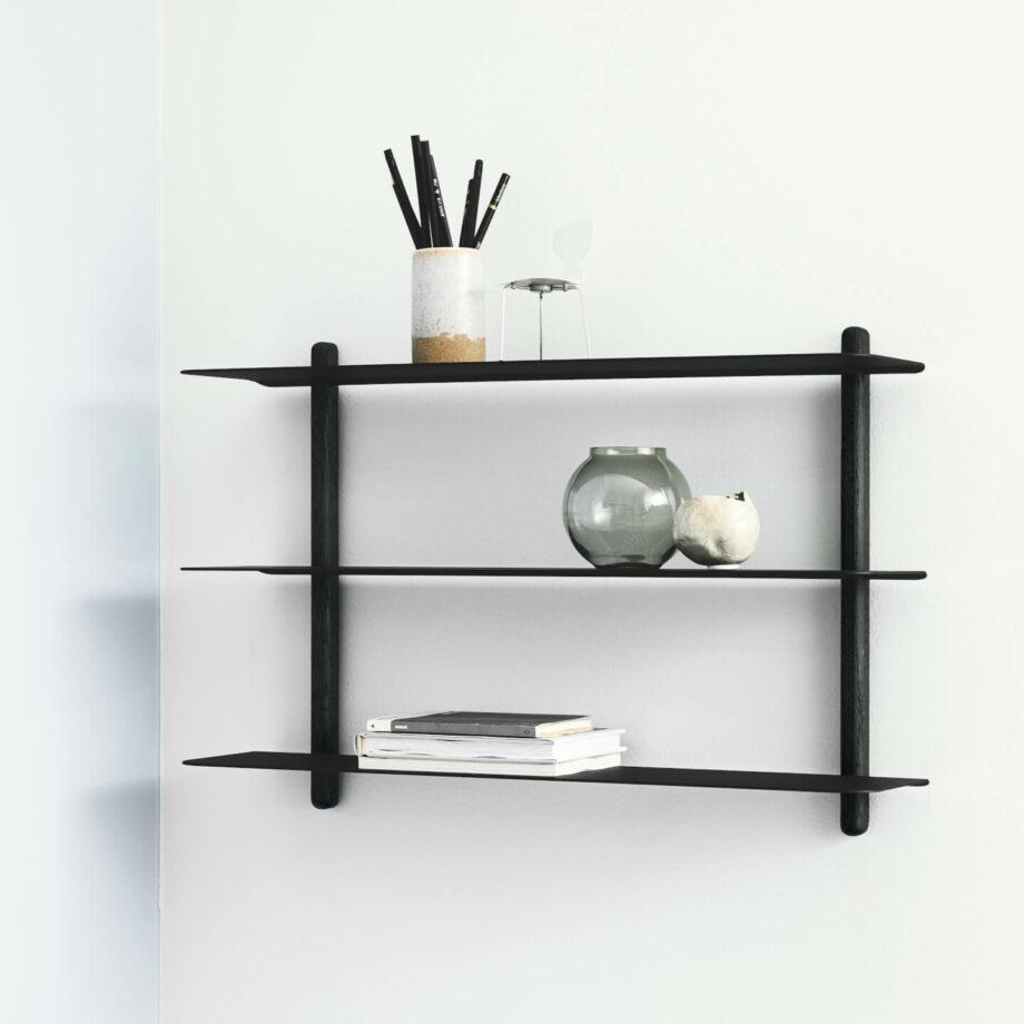 Zwarte wandrek NIVO A van hout zwart metaal minimalistisch eenvoudig wandplank gejst design byjensen
