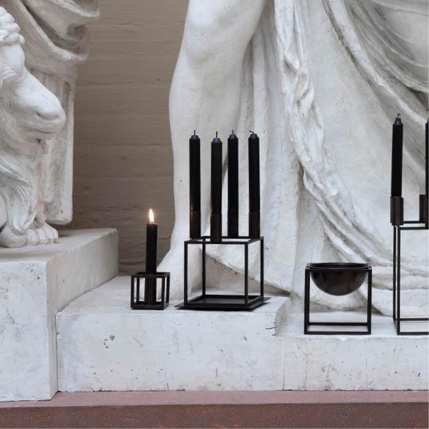 Zwarte Kubus 1 en kaarsen By Lassen kandelaar