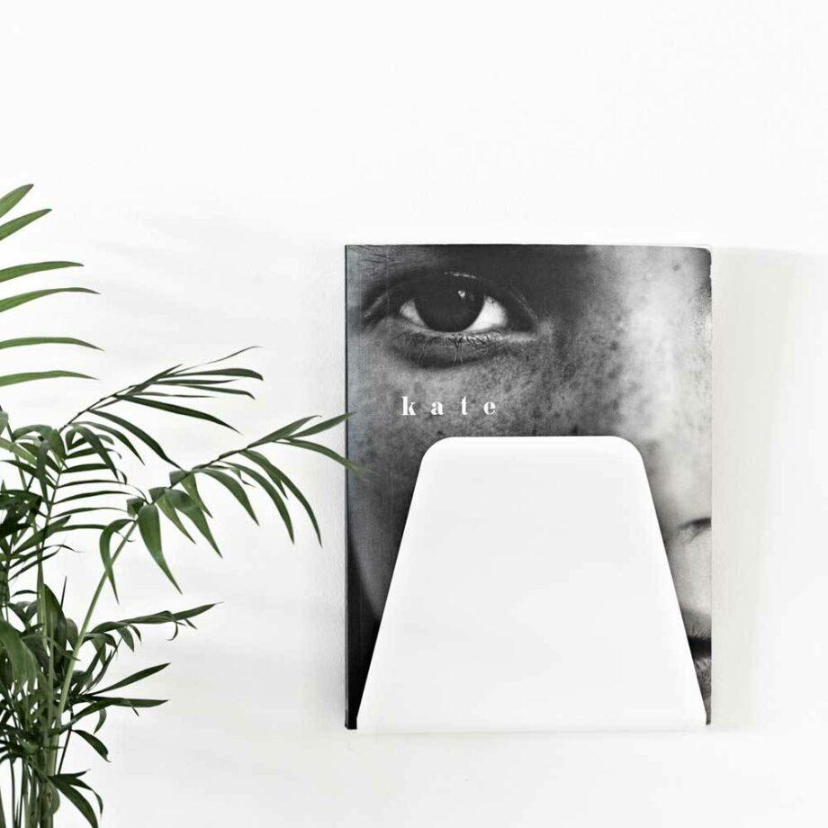 nur-design-curve-tijdschrifthouder-wit-aan-muur