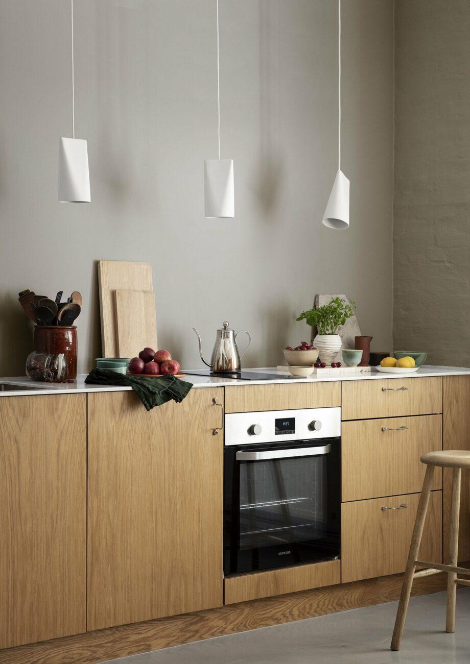 Moebe hanglampen wit keramiek in de keuken
