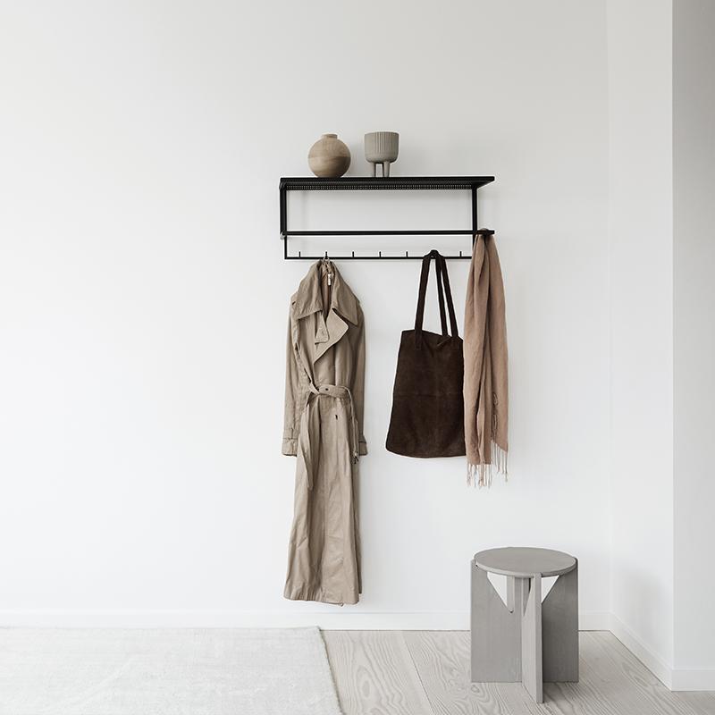 Zwart metalen kapstok garderobe van Kristina dam Studio minimalistisch