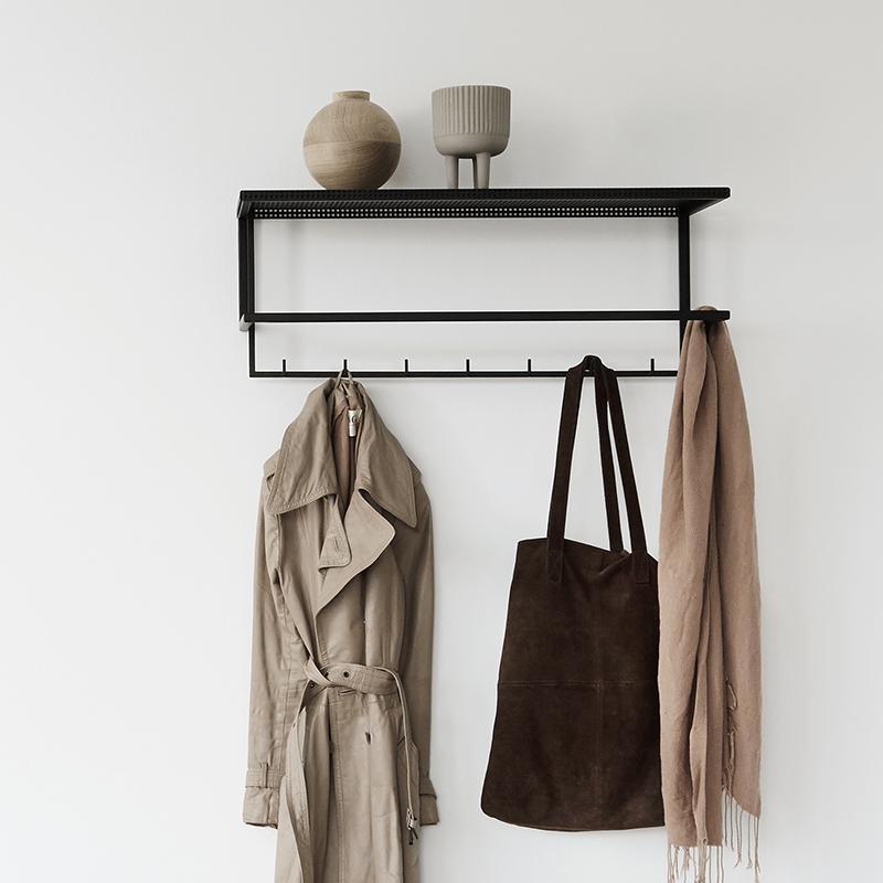 Zwart metalen kapstok grid garderobe van Kristina dam Studio