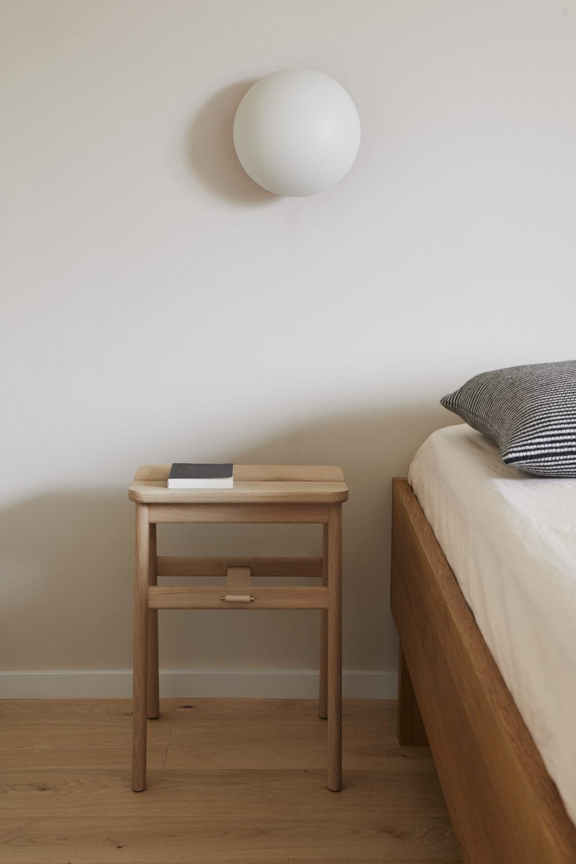 Form and refine Angle stool kruk eiken oak als nachttafel