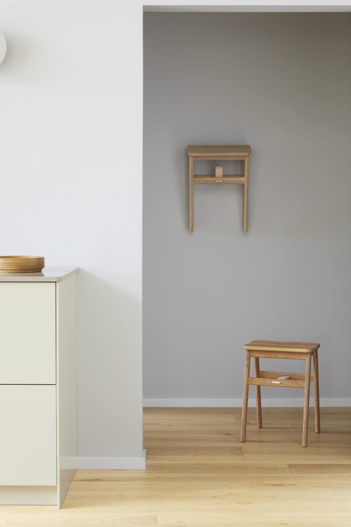 Form and refine Angle stool eiken oak hangend en staand