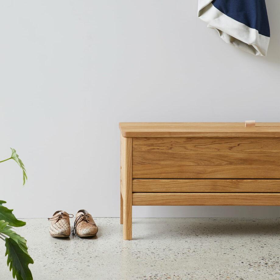 Form refine storage bench opbergbank 111 eiken geolied in hal