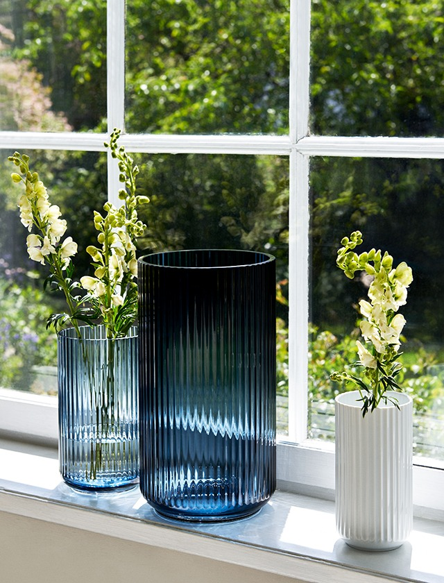 Lyngby Porcelaen Midnight blue blauwe glas vazen en wit porselein