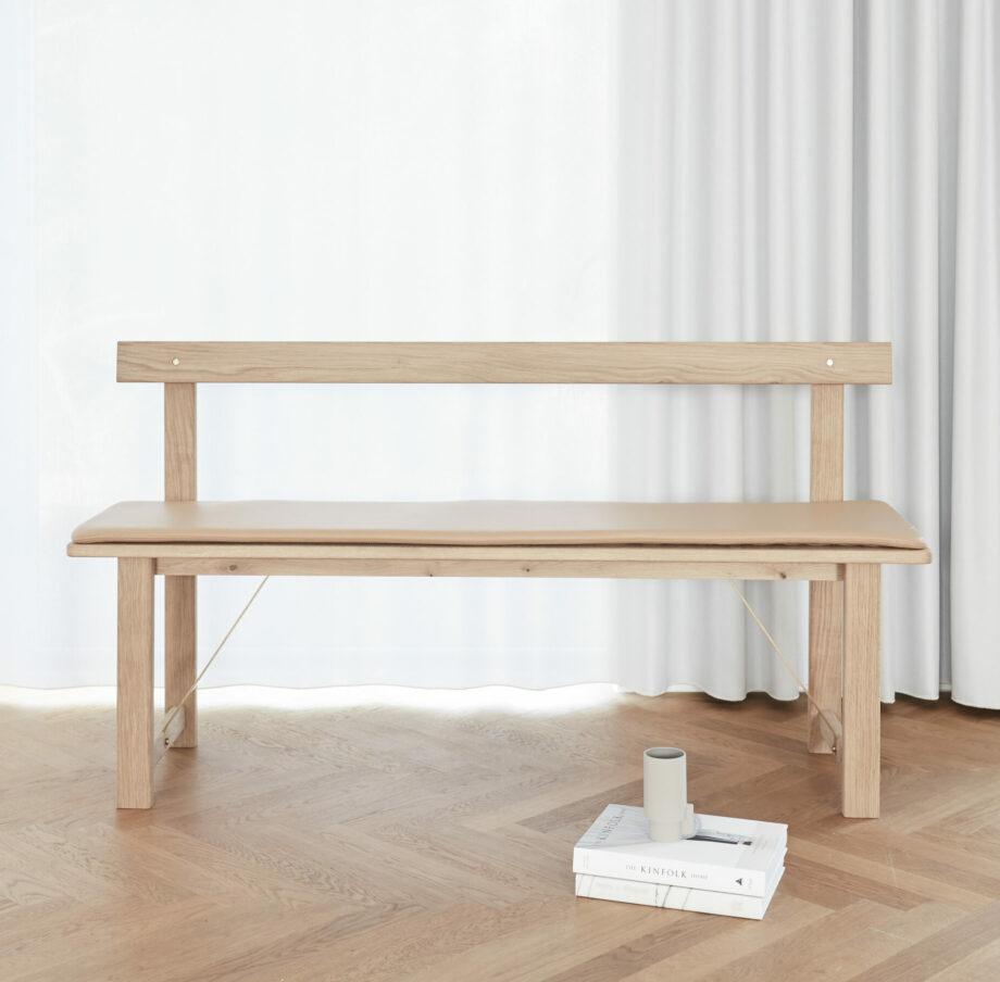 Form & Refine Position zitbank voor eettafel of in de hal gemaakt van wit geolied eikenhout en messing