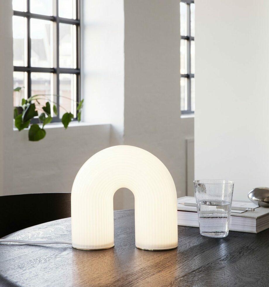 Vuelta boogvormige tafellamp dimbaar van Ferm Living in wit opaalglas