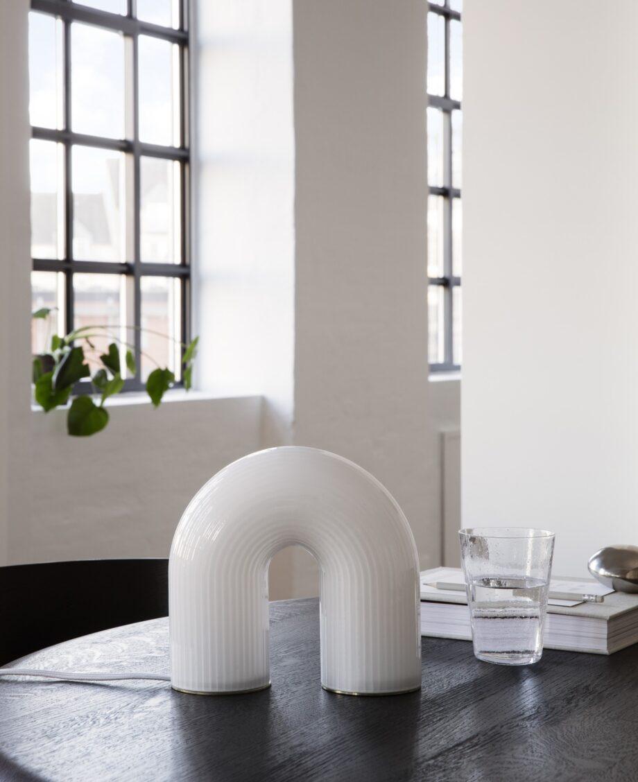 Vuelta boogvormige tafellamp van Ferm Living in wit opaalglas